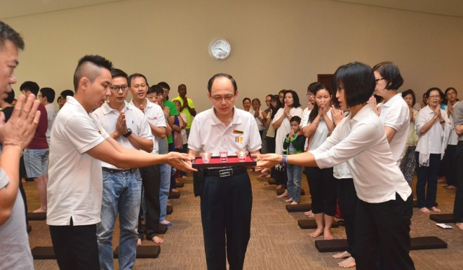 Deputy Chairman of Nalanda Sungai Petani Branch Dr. Song led the offering ceremony.