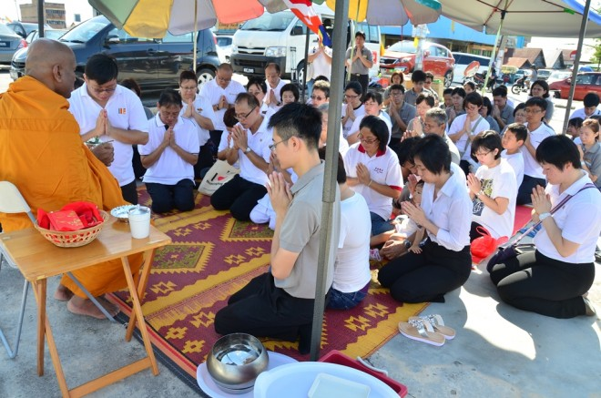Ven. Saranankara offering blessings to volunteers and devotees.