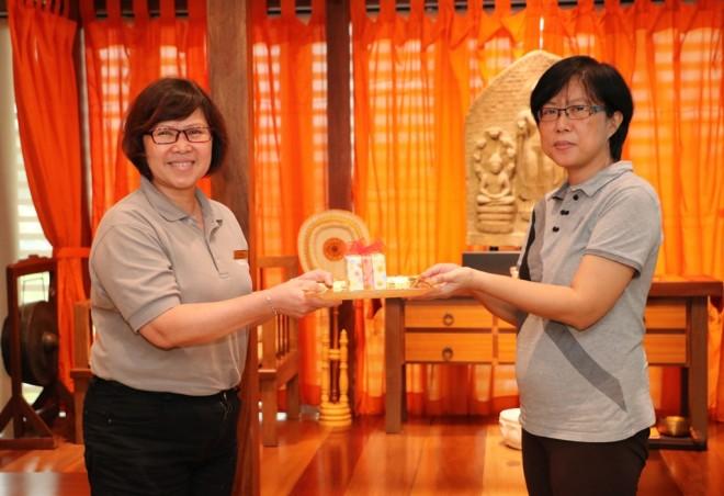Nalanda President Sis. Evelyn (left) presenting a momento to Sis. Yee Yong.