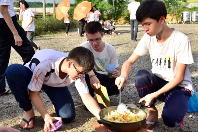 11-participants-cooking-happily-with-their-teammates