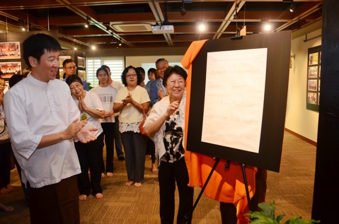 Nalanda's oldest member in Serdang Branch, Sis. Ng Lai Chan, was invited to launch the exhibition
