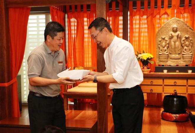 Nalanda Board Member Bro. Vincent presenting a token of appreciation to Dato' Charlie.
