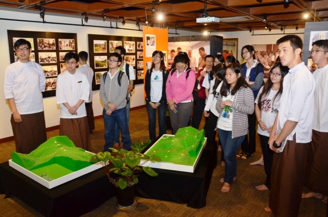Visiting the special exhibition on Wisdom Park.