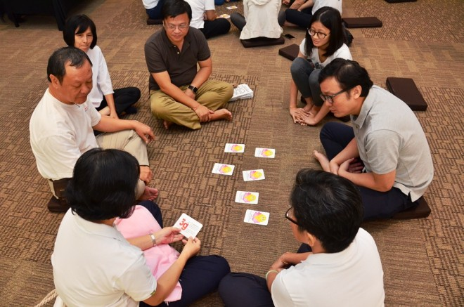 Devotees playing the '3-Gratitude Card'.