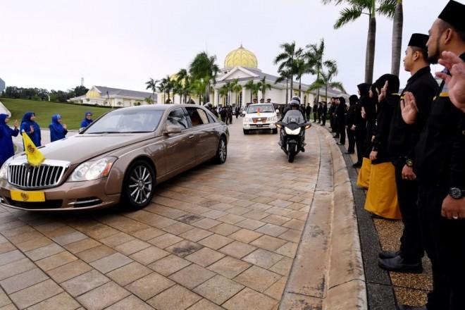 The Yang DiPertuan Agong's motorcade leaving Istana Negara.