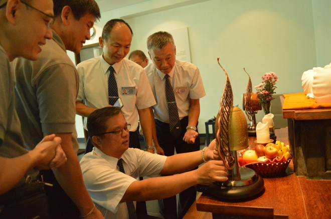 Tzu Chi representatives presenting the bell and drum to Nalanda.