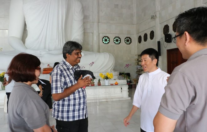 Bro. A. K. Nelson welcoming Bro. Tan and Nalanda leaders to the vihara.