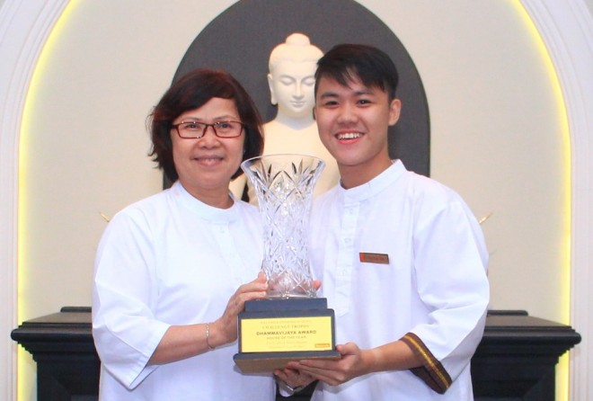 Sis. Evelyn presenting the Dhammavijaya Challenge Trophy to Naga House Captain.
