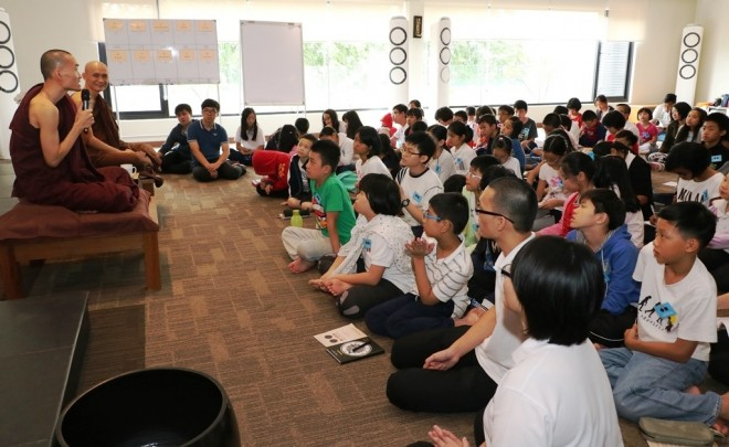Ven. Ñanukkamsa meeting with 80 children who were attending the Annual Children's Learning Camp.