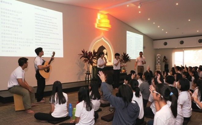 The spirited Nalandian youths leading the congregation to sing-along with Buddhist hymns.