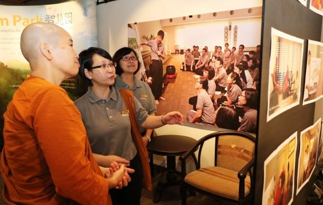 Ayya Sumangalā later visited the exhibition on Wisdom Park held at Level 3 of Nalanda Centre.