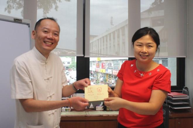 Nalanda Kuala Lumpur Branch Chairman Bro. Ng presenting a token of appreciation to Sis. Sadhika.