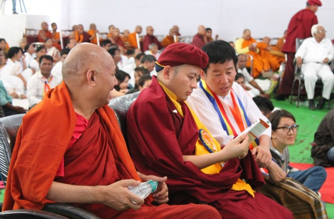 Chatting with His Eminence Drukpa Thuksey Rinpoche (middle) and Ven. Sanghasena Mahathera.