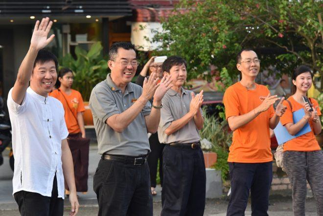 Nalanda founder Bro.Tan waving to runners to wish them well.