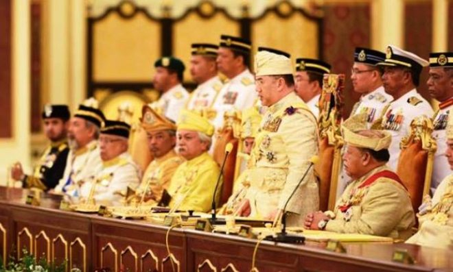 Sultan Muhammad V taking the oath of office.