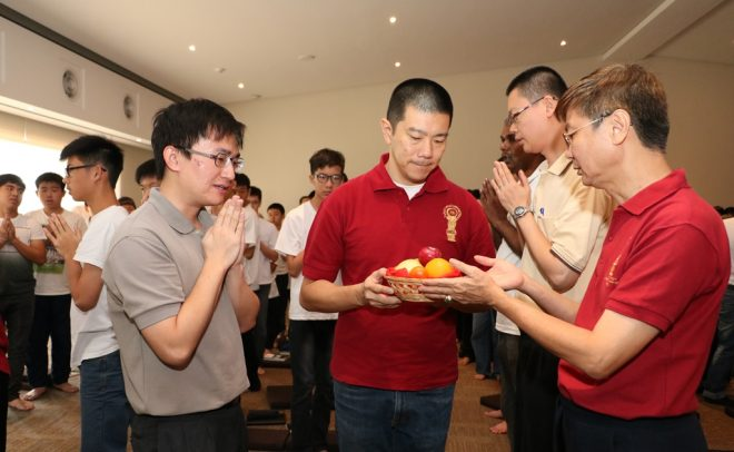 Bro. Phang Hok Lij (centre) leading the offerings.