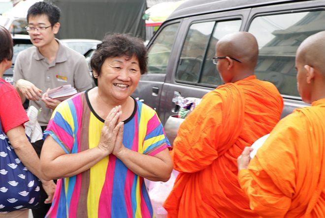 Devotees in Seri Kembangan were delighted to see the bhikkhunis.
